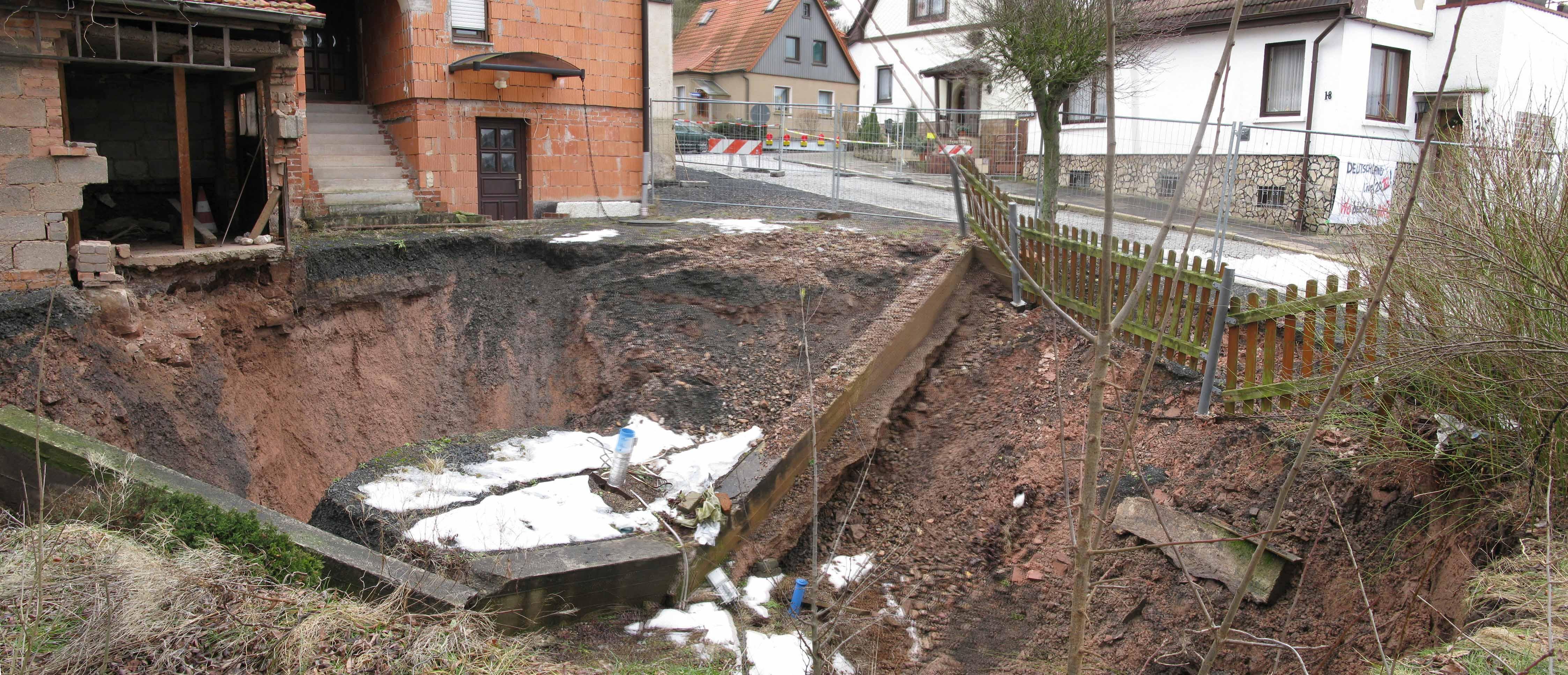 Blick in den Nachbruch des Erdfalles Tiefenort am 25. Februar 2010. Die in der Mitte sichtbare, inzwischen zerkleinerte Betonplombe mit dem verstürzten und damit unbrauchbaren Erdfallpegel Nr.1/2005 gibt einen Eindruck vom Durchmesser des Ersteinbruches vom Februar 2002 und der seither eingetretenen Erweiterung (Thüringer Landesanstalt für Umwelt und Geologie)