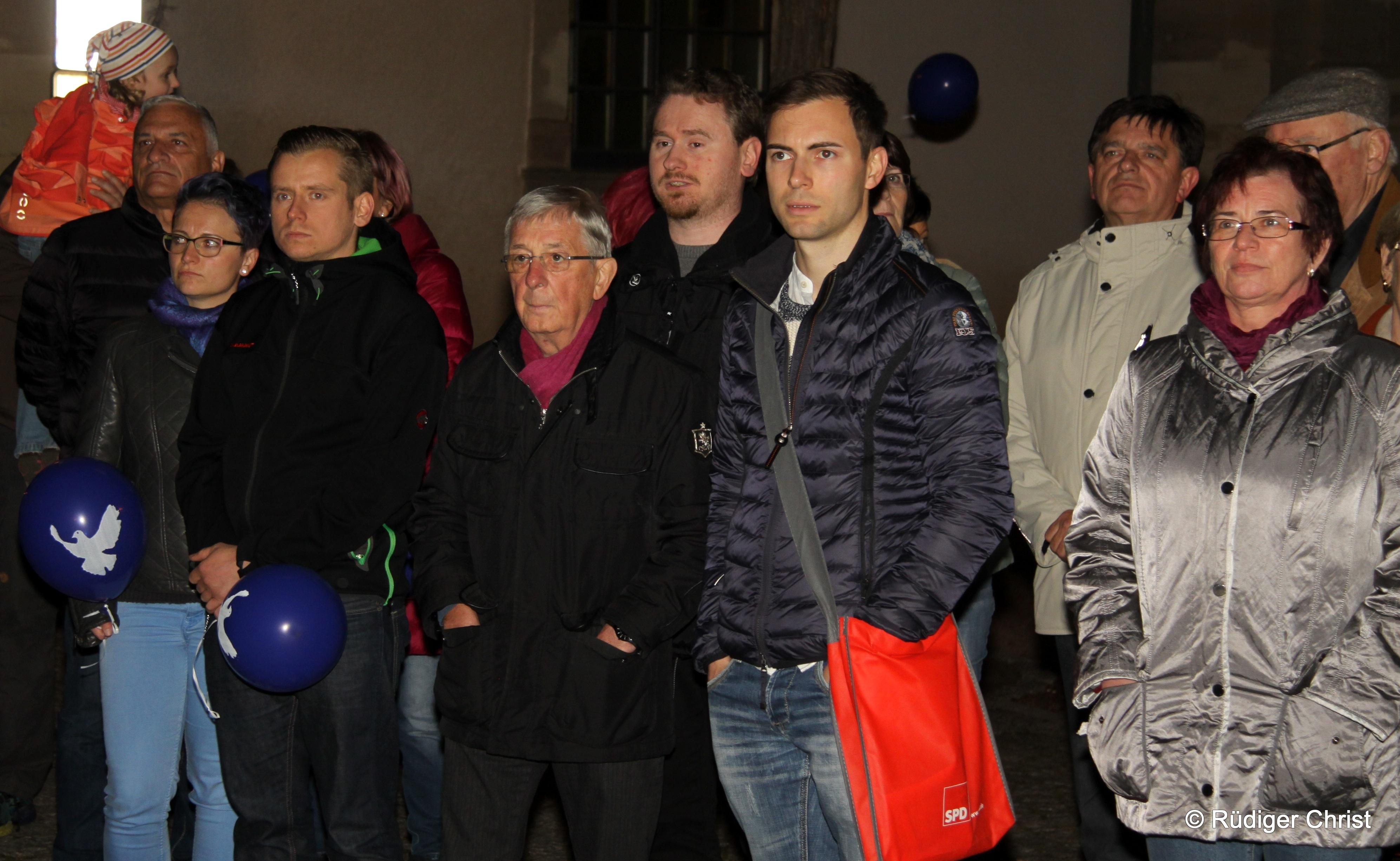 """Günter Pohl, Christian Gesang, Maik Klotzbach, Gunter Kunze und weitere Genossen verfolgten die Veranstaltung am 09.11. auf dem Kirchplatz um ein Zeichen gegen """"Rechts"""" zu setzen"""