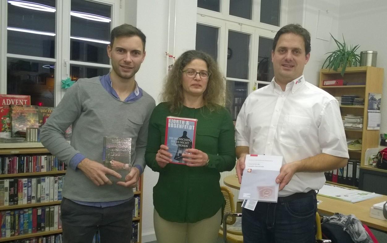 v.l.: Maik Klotzbach (stellv. SPD Kreisvorsitzender), Grit Scheler (Förderverein Bibliothek Mihla), Oliver Rindschwentner (SPD Kreisvorstandsmitglied) bei der Übergabe der Buchspende