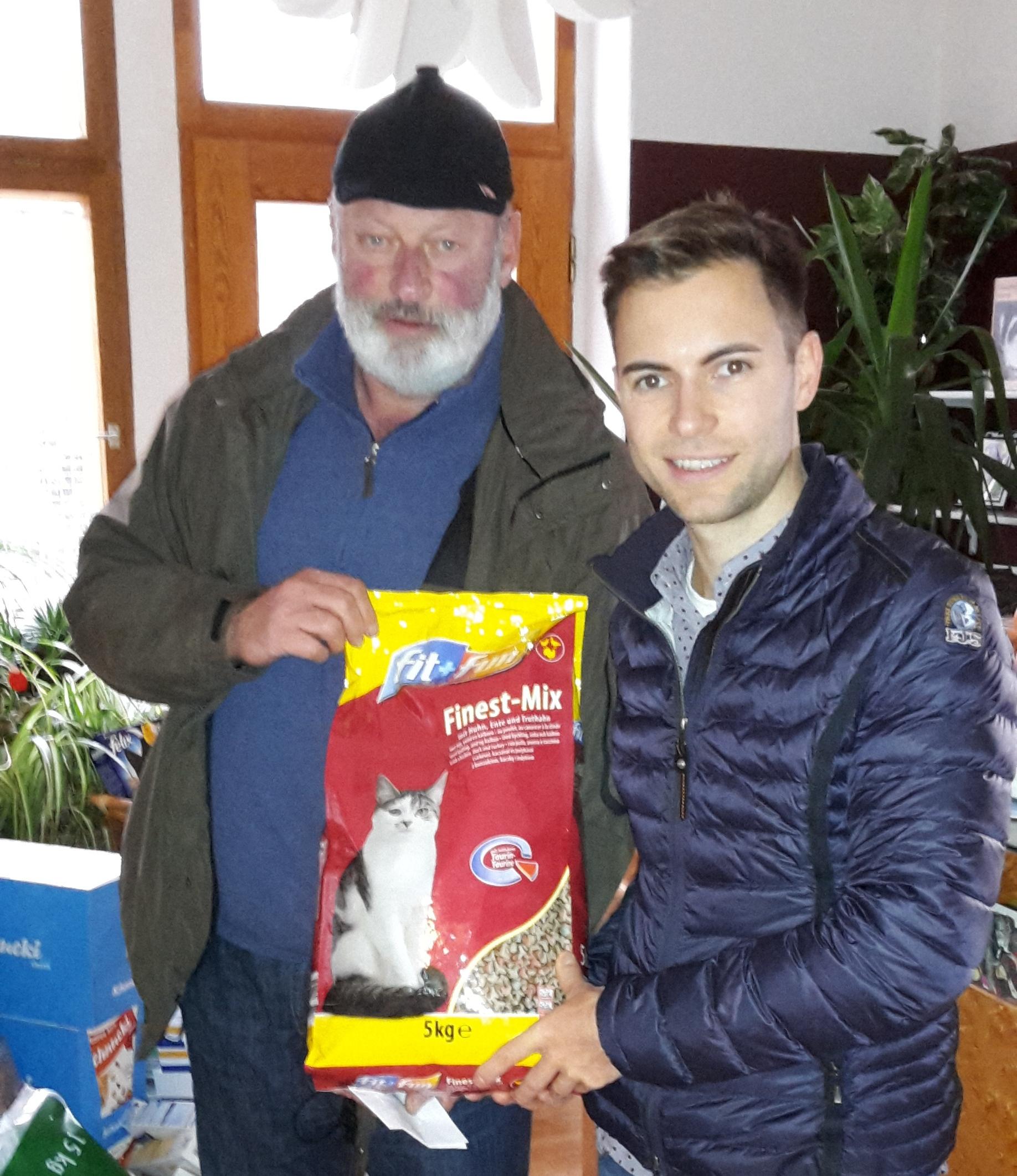 Walter Beck und Maik Klotzbach bei der Spendenübergabe