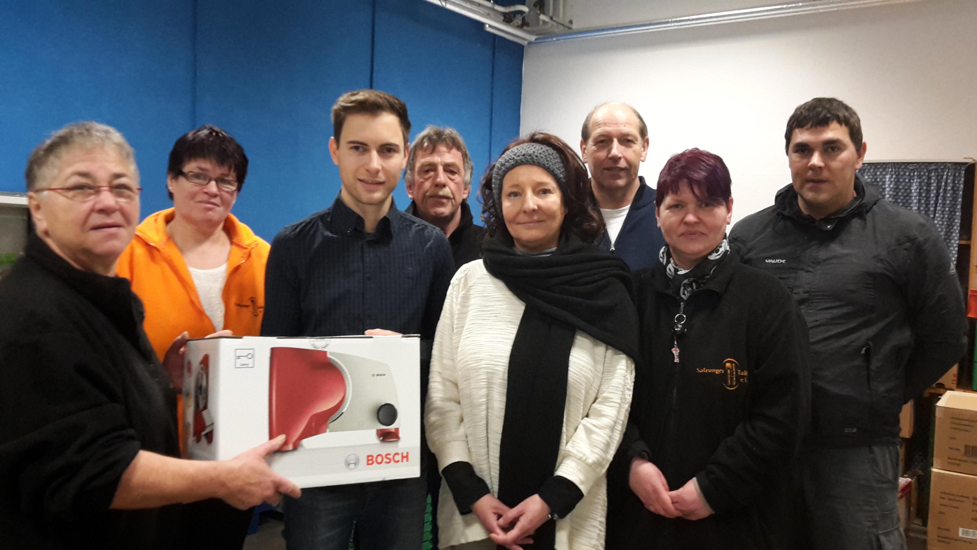 Der SPD Kreisvorstand überreicht die Brotmaschine an die Mitglieder der Salzunger Tafel e.V.