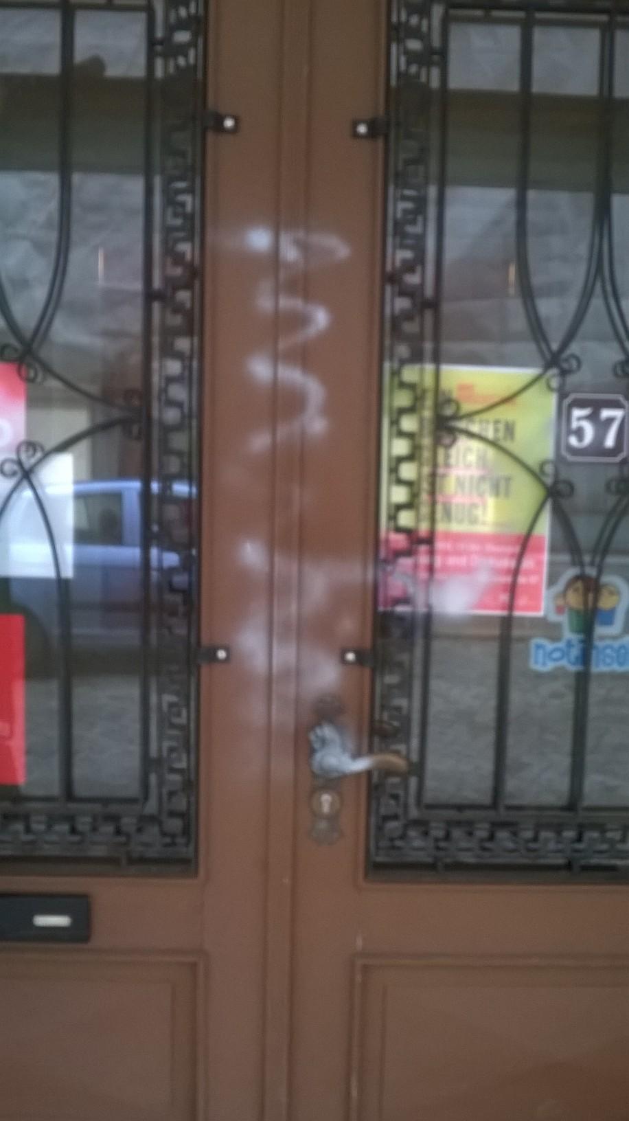 Die EIngangstür wurde mit Farbe beschmiert.