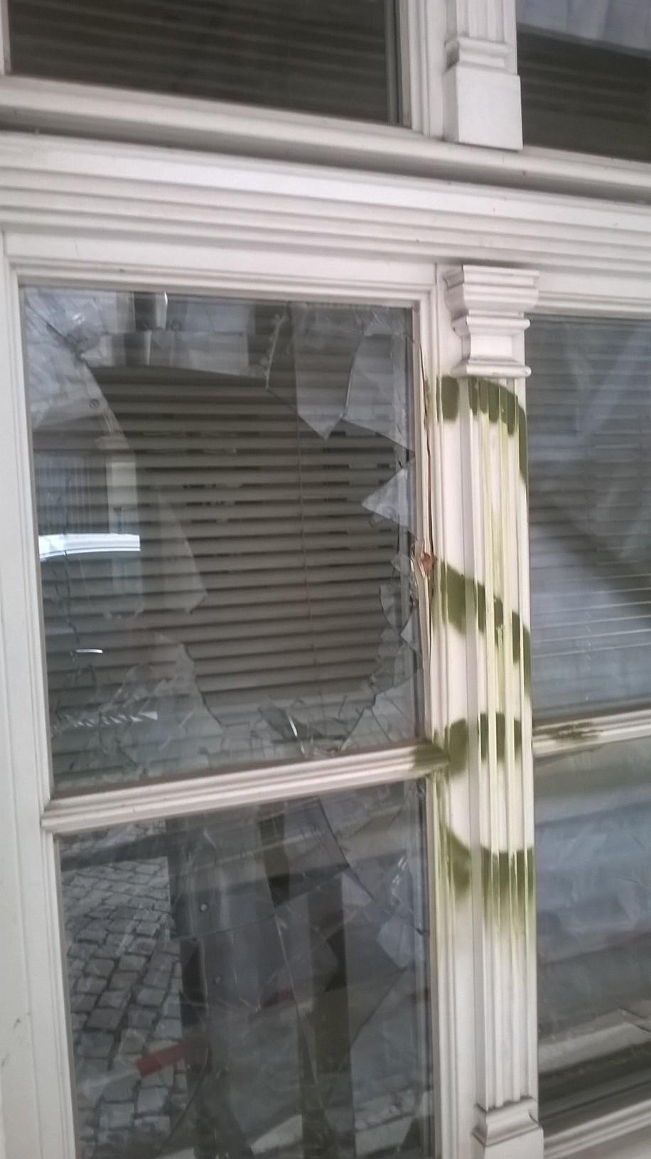 """Eine Scheibe im Erdgeschoss des """"Goldenen Löwen"""" wurde mit einem Pflasterstein eingeworfen."""