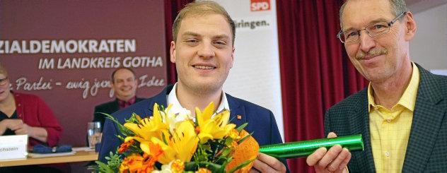 Peter Leisner (links) aus Gotha übernimmt den Staffelstab von Dr. Werner Pidde aus Waltershausen für den Vorsitz im Kreisverband Gotha der SPD. Peter Leisner wurde mit 91,5 Prozent der Stimmen gewählt. Foto: Ute Rang