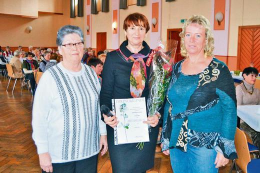 Im Namen der Vereine und aller Gäste der Dorndorfer Frauentagsfeier gratulierten Regina Bieneck-Wiegand (links) und Anita Fischer (rechts) Heidi Richter zur Zeitungsrose. Fotos (2): Werner Kaiser