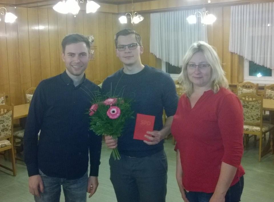 Maik Klotzbach (links) und Jeannette Jäger (rechts) überreichen das Parteibuch an Neumitglied Michael Richter