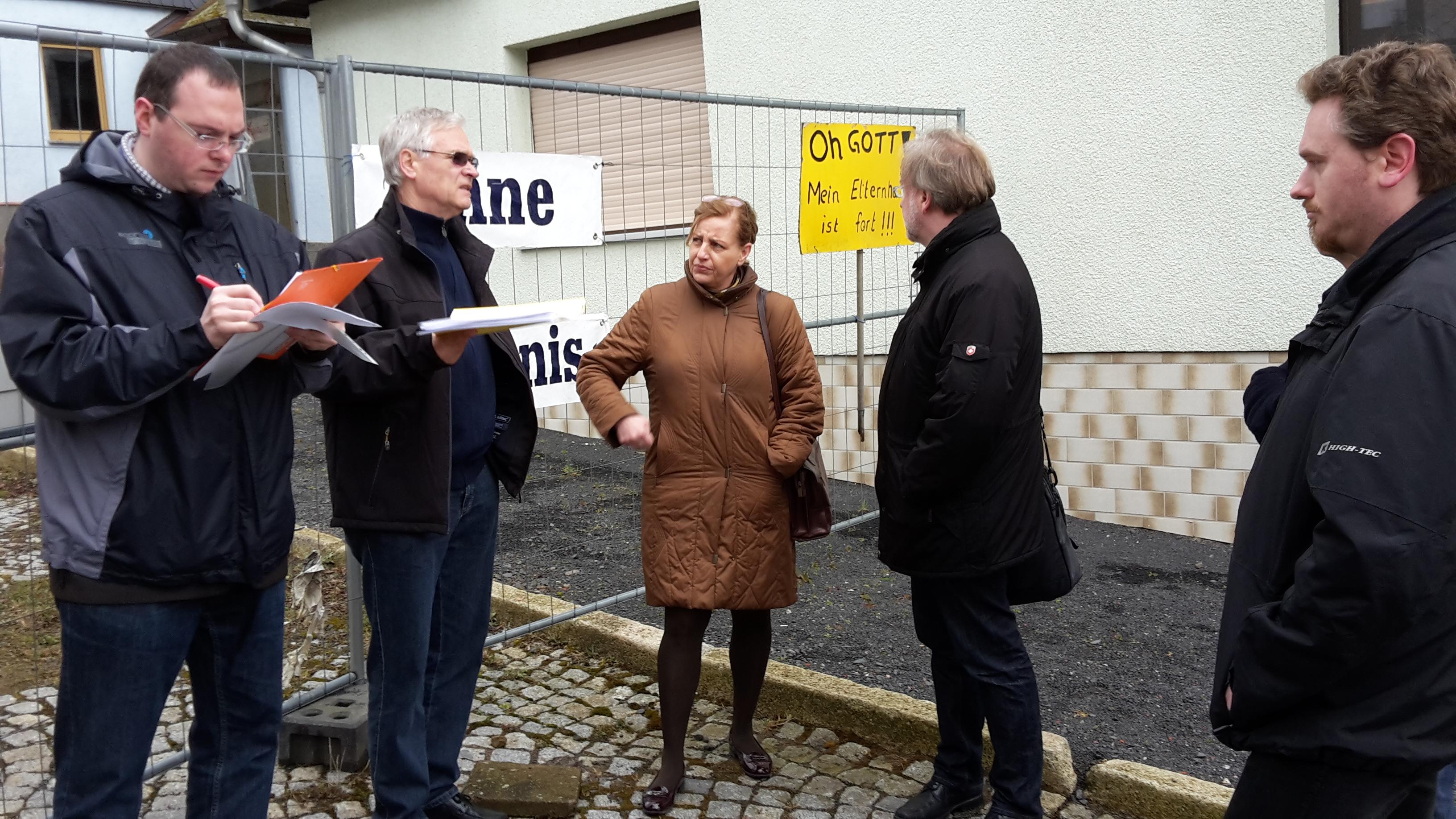 v.l.: Robert Geheeb (Mitarbeiter SPD-Landtagsfraktion), Kurt Block (Erdfallhilfeverein), Mühlbauer (SPD-Landtagsfraktion), Warnecke (SPD-Landtagsfraktion), Christian Gesang (SPD Wartburgkreis)