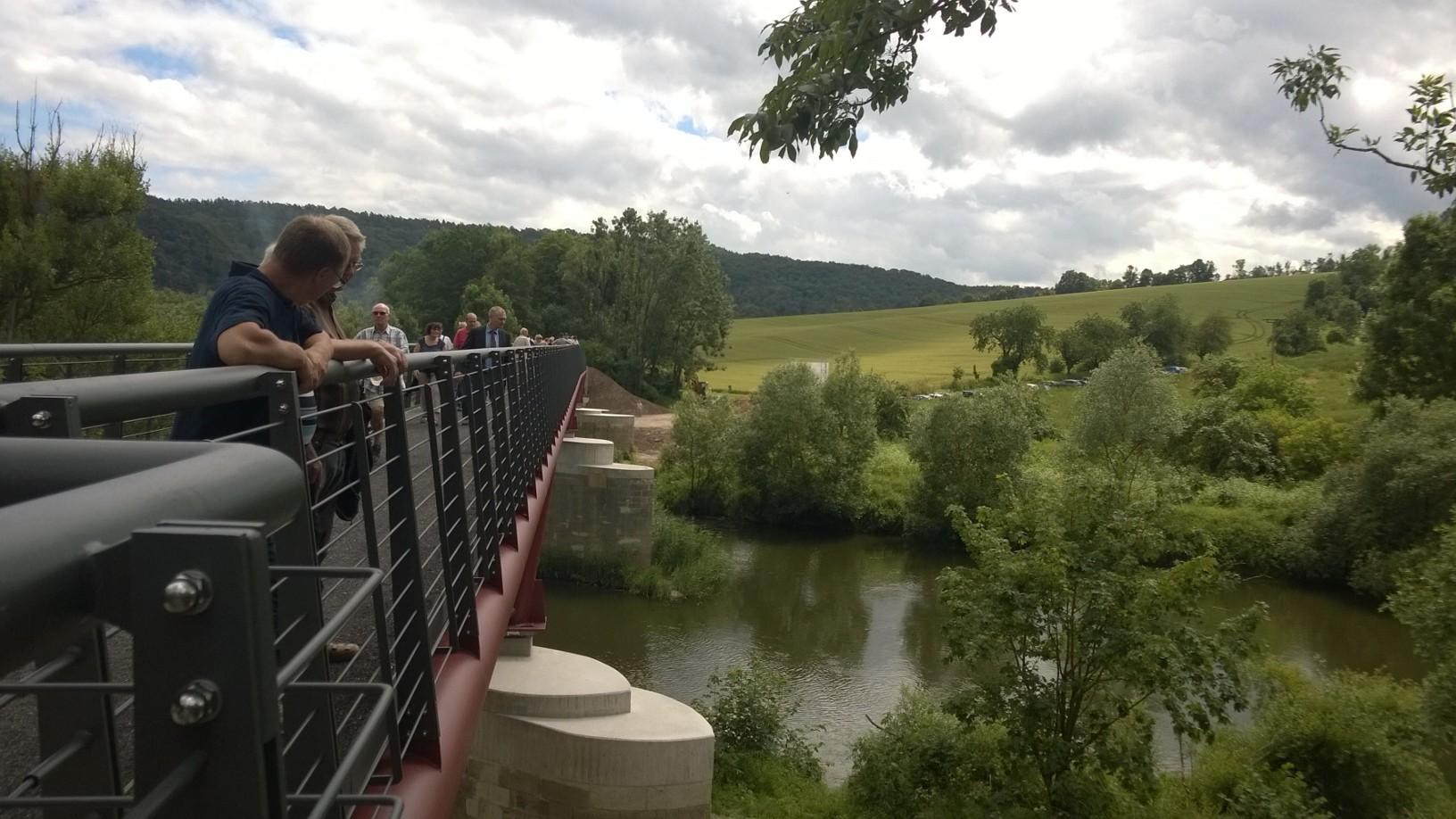 Die neue Werra-Radwegebrücke im Seitenprofil