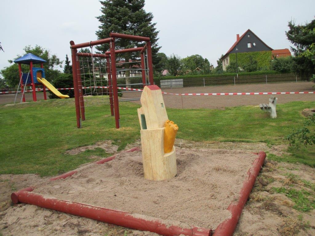Das neue Klettergerüst und der Sandkasten mit der Spielburg
