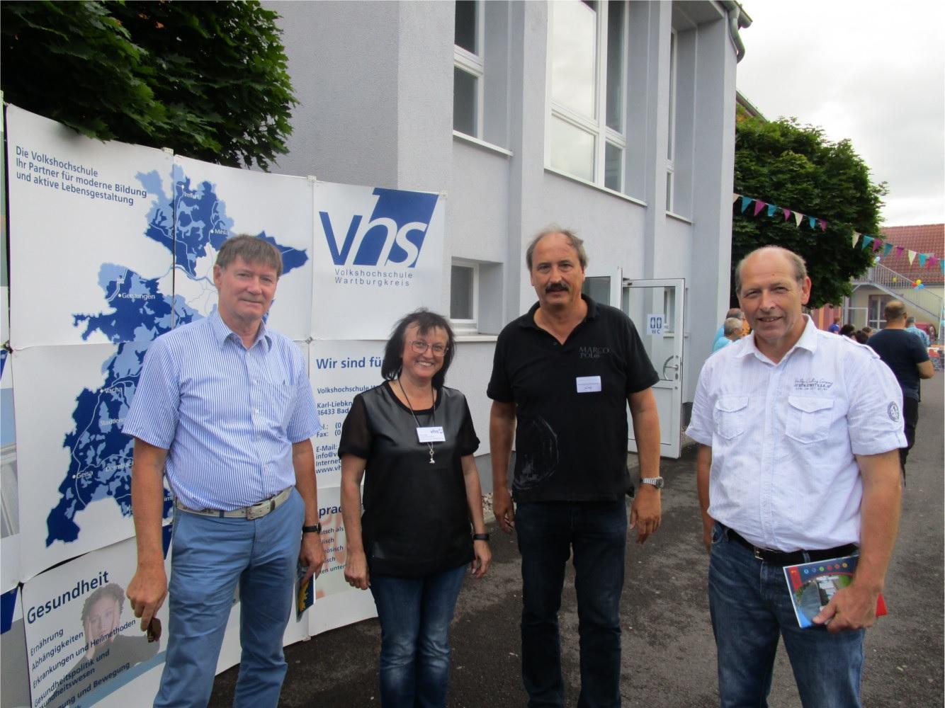Jörg Lessig (Linke, 1.v.l.) und Jürgen Holland-Nell (1.v.r.) mit dem Leiter und einer Dozentin der Kreisvolkshochschule. Diese übernimmt derzeit eine wichtige Aufgabe bei der Bereitstellung von Integrationskursen.