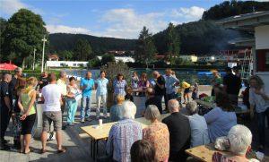 Bürgermeister Hans-Joachim Ziegler bedankt sich bei den ehrenamtlichen Helfern