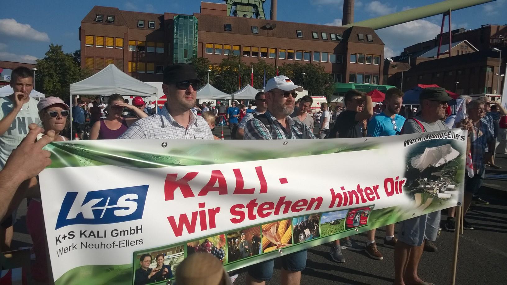 Beschäftigte aus dem Werk Neuhof zeigen ihre Solidarität