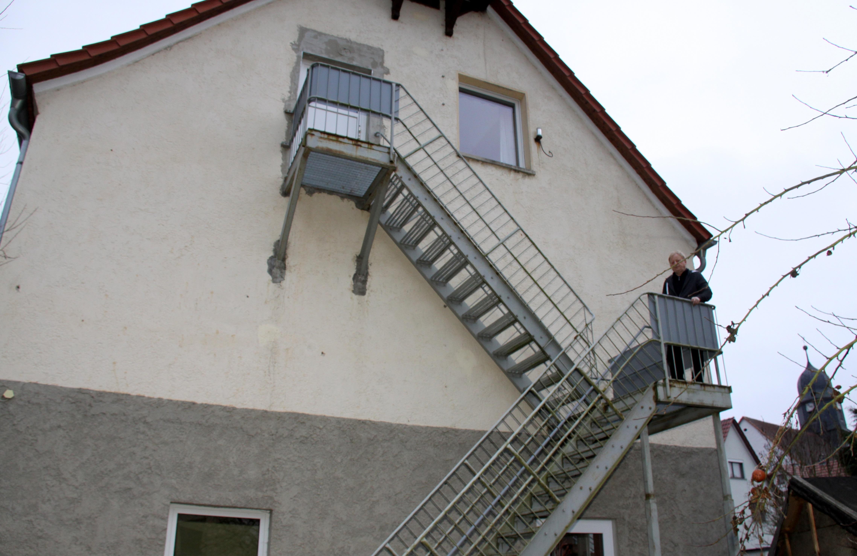 Neidhartshausens Bürgermeister Gerhard Staudt auf der ausgedienten Rettungstreppe. Künftig erhalten alle Etagen des Kindergartens einen zweiten Fluchtweg.